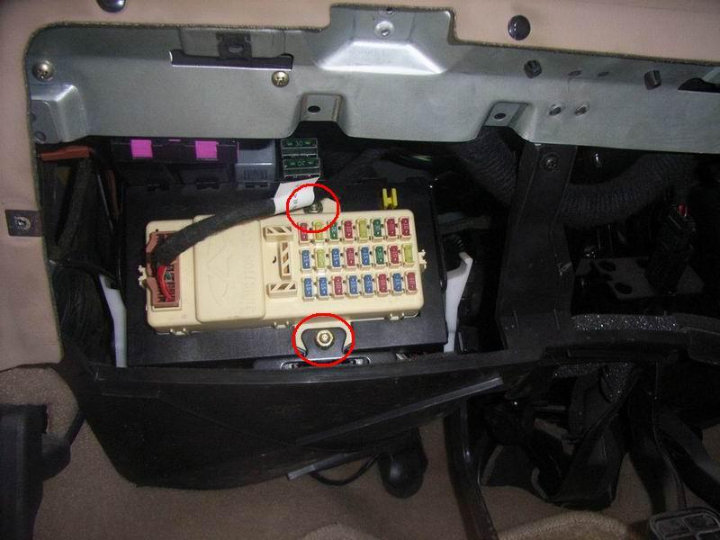 保险丝盒上的两颗螺母(如图)  qq:825258360,43119830   旗云之星05款